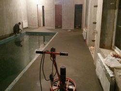 Полусухая стяжка в коттедже шлифовка бассейн